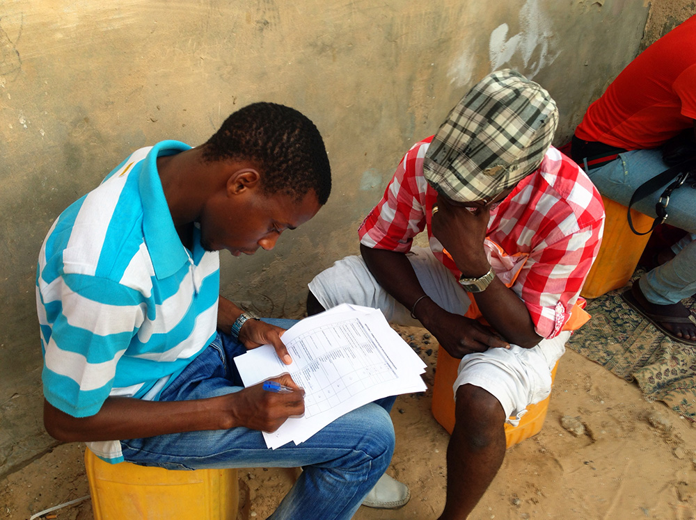 ​A peer educator helps a member of Nouakchott's gay community complete an anonymized health survey​